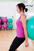 Fitball squat oefening — Stockfoto