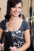 Mujer atractiva ejerciendo en el estudio de gimnasio — Foto de Stock