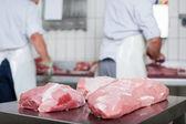 Close-up di appena tagliate grossi pezzi di carne — Foto Stock