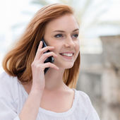 Young woman chatting on her mobile — Stock Photo