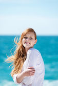 Beautiful young woman at the ocean — Stock Photo
