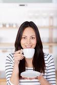 Modern kadın kahve içme — Stok fotoğraf