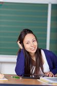 Uśmiechający się uczniowie pracują z cyfrowy pad — Zdjęcie stockowe