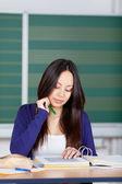 Azjatyckie dziewczyny czytanie w spinaczu koncentratu — Zdjęcie stockowe