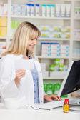 Mujer farmacéutico trabajando en equipo — Foto de Stock