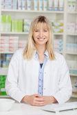 Farmacéutico mujer sonriente — Foto de Stock
