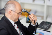 Homme d'affaires exploitation téléphone récepteur — Photo
