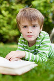 从读一本书看年轻男孩 — 图库照片