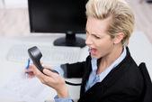 Geschäftsfrau, die schreien am telefonhörer am schreibtisch — Stockfoto