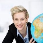 ler affärskvinna med glob i office — Stockfoto