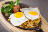 Plato de huevos fritos en el mostrador de la cocina — Foto de Stock