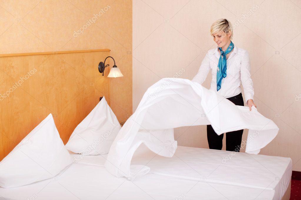 femme de m nage faire lit dans chambre d 39 h tel photo 26181531. Black Bedroom Furniture Sets. Home Design Ideas