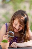 Soy una chica en mariquita en maceta en el parque — Foto de Stock