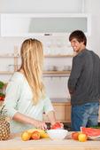 Paar gemeinsam in der Küche — Stockfoto