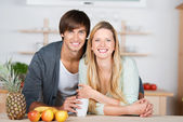 Smiling couple in the kitchen — Stock Photo