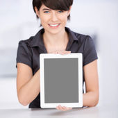 Woman presenting the screen of her tablet-pc — Stock Photo