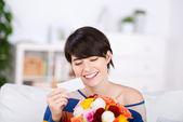 Bella donna con un regalo di fiori — Foto Stock
