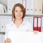 femme d'affaires confiant avec grand tableau blanc — Photo