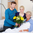 Children Giving Bouquet To Mother In Hospital — Stock Photo