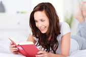 Young woman relaxing and reading a book — Stock Photo