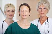 Confiante equipe médica séria dos médicos na clínica — Foto Stock