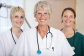 уверенно медицинская команда врачей-женщин улыбается — Стоковое фото
