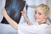 Kvinnliga läkare håller höft xray rapport på sjukhus — Stockfoto