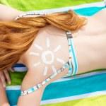 Bikini Woman With Sun Drawn On Back At Beach — Stock Photo