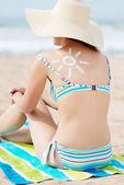 Bikini Woman In Sunhat With Sun Drawn On Back At Beach — Stock Photo