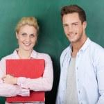 retrato de casal de negócios contra fundo verde — Foto Stock