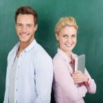 Portret van zakelijke paar tegen groene achtergrond — Stockfoto