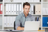 Businessman Using Laptop At Office — Stockfoto