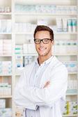 Pewnie mężczyzna farmaceuty w aptece — Zdjęcie stockowe