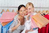 Dwóch przyjaciół o zabawa zakupy — Zdjęcie stockowe