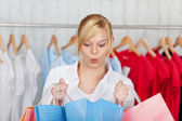 Mujer sorprendida en bolso de compras — Foto de Stock