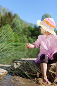 Little girl on the lakeside — Stock Photo