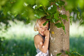Little girl enjoys nature — Stock Photo