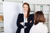 Mujer de negocios seguros con flip chart — Foto de Stock