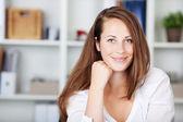 Retrato de mujer joven hermosa — Stockfoto