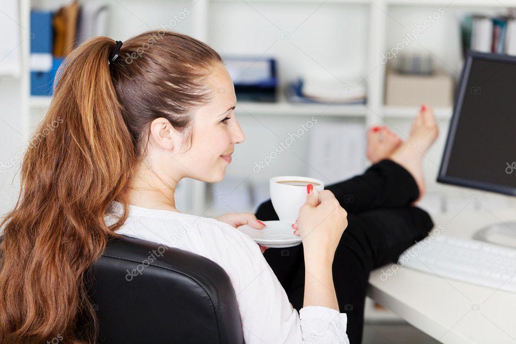 喝咖啡休息她办公室里的女人
