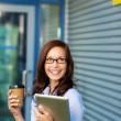 mulher, desfrutando de um café ao ar livre — Foto Stock