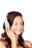 Young woman listening to music — Stockfoto