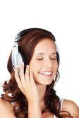 听听音乐的年轻女子 — 图库照片