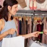 cliente con bolsas de compras de recibir tarjetas de crédito de saleswoma — Foto de Stock