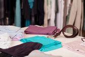 Ubrania i pas wyświetlany na stole w butiku — Zdjęcie stockowe