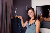 Donna con nuova standing camicia in spogliatoi — Foto Stock