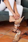 Kobieta próbuje nowe buty w sklepie — Zdjęcie stockowe