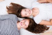 Liegen vriendinnen — Stockfoto