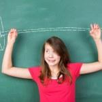 mladá školačka se snaží překonat těžký úkol — Stock fotografie