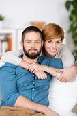 在沙发上放松对年轻夫妇 — 图库照片